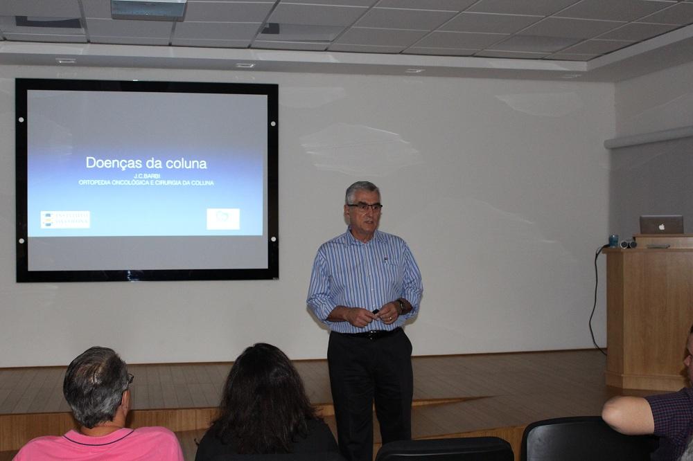 Dr. José Carlos Barbe, do Instituto da Coluna Campinas, na palestra para a comunidade sobre Doenças da Coluna